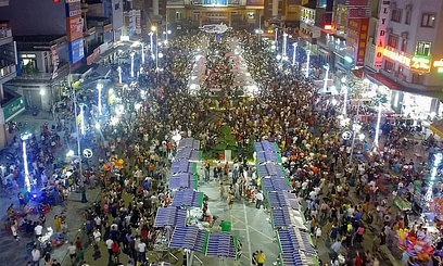 Tourists flock to the night market on Cao Thang Street in Vinh Town, Nghe An Province